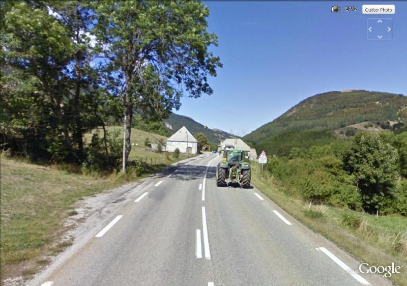 street view la google car double un tracteur en franchissant la ligne blanche. Black Bedroom Furniture Sets. Home Design Ideas